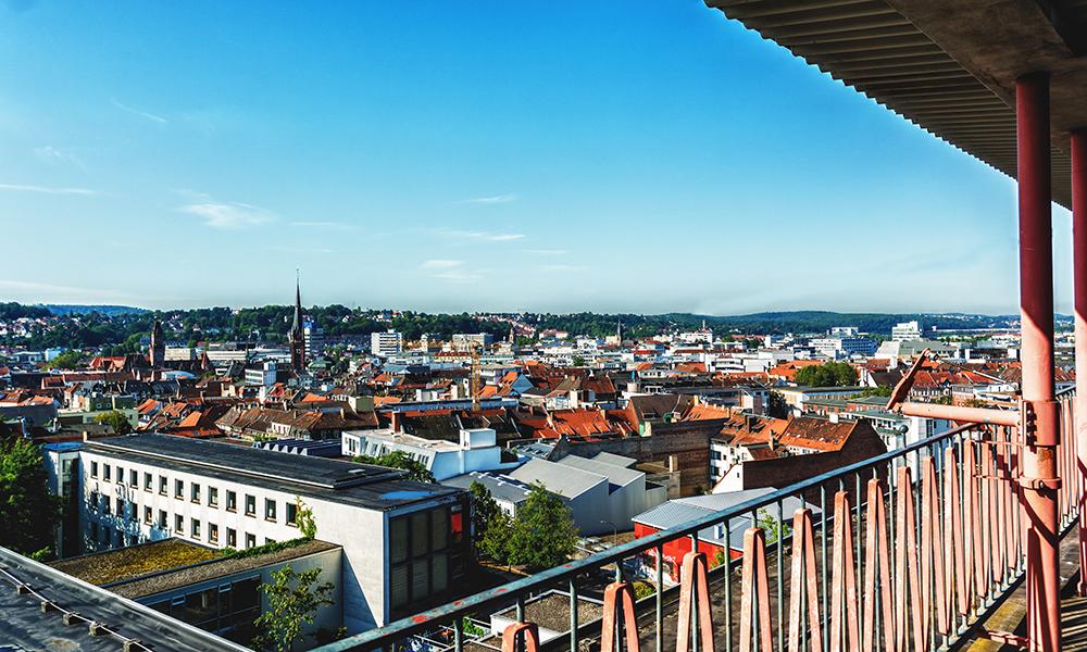 Weitläufiger Ausblick auf Saarbrückem vom Dach des TGBBZ1