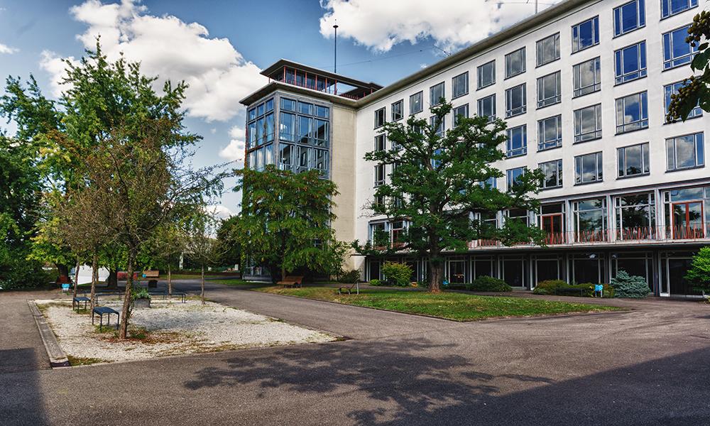 Schulhof und Pausenbereich des TGBBZ1 Saarbrücken