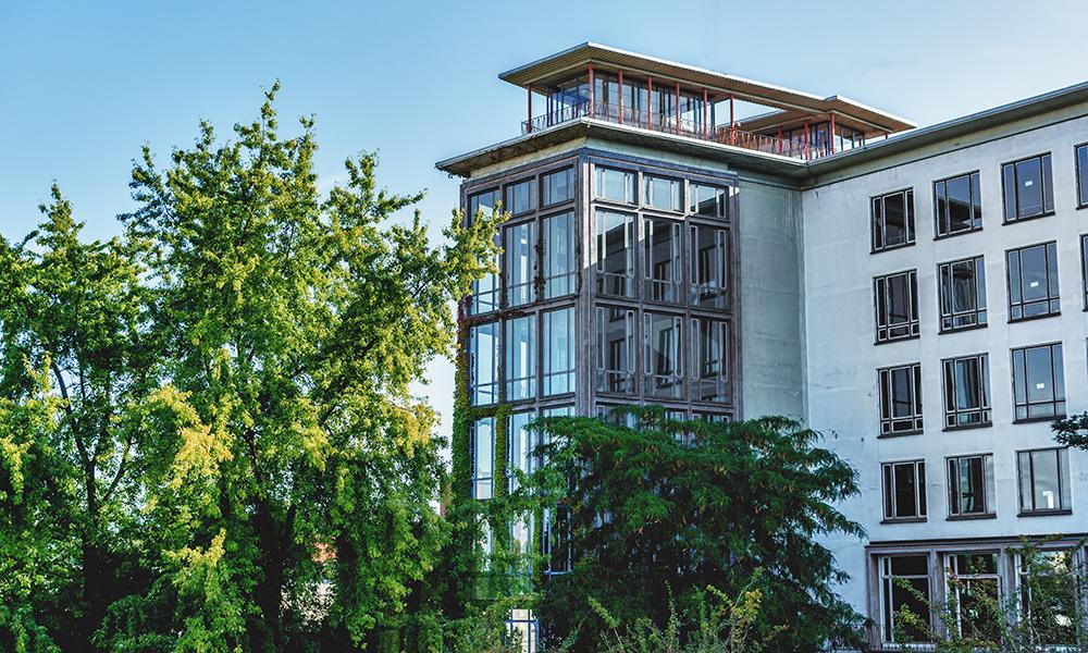 Sicht auf den Schulturm vom Pausenhof