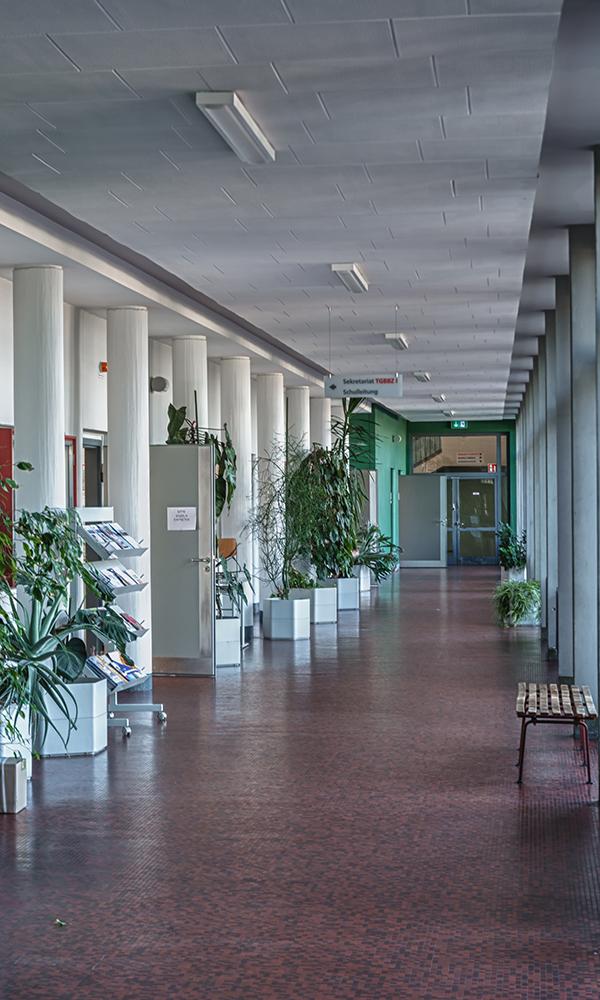Verwaltungsflur mit Büroräumen für Schulleitung, Abteilungsleitung und Sekretariat
